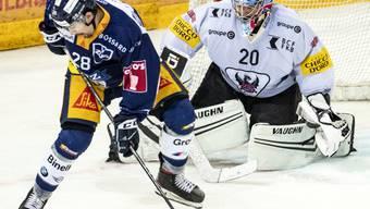 Zugs Yannick-Lennart Albrecht (links) kann Gottérons Goalie Reto Berra nicht bezwingen
