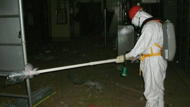 Ein Arbeiter misst die Radioaktivität im Reaktor 1 in Fukushima