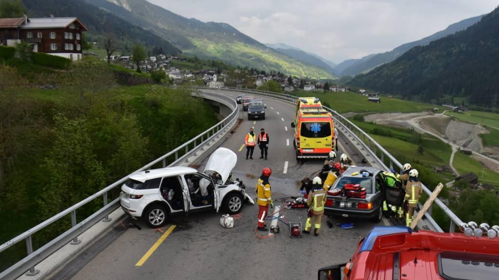 Bei einer Frontalkollision zweier Personenwagen in Rabius GR hat sich ein Autolenker tödliche Verletzungen zugezogen. Vier weitere Autoinsassen wurden verletzt.