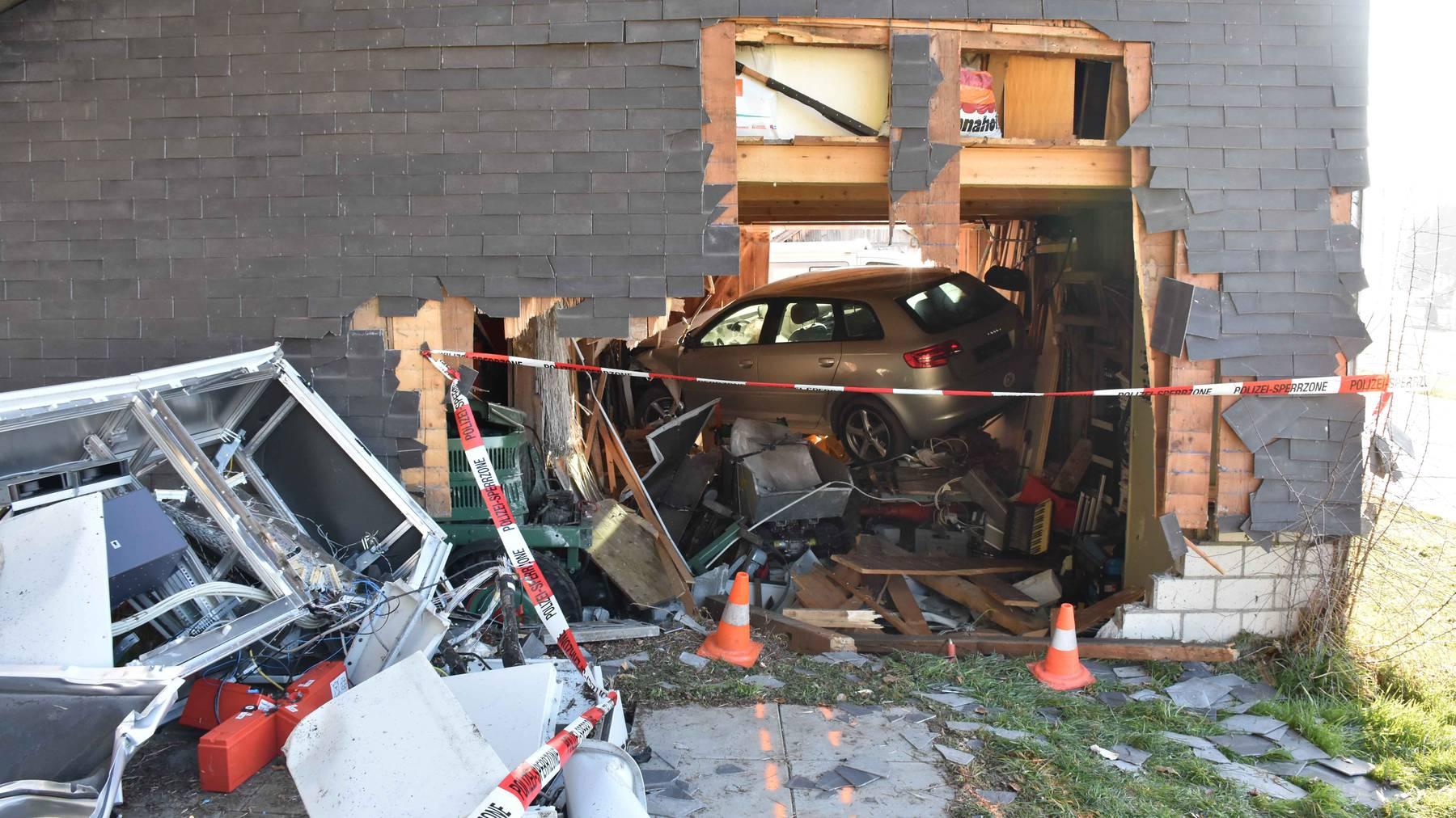 In dieser Hütte landete der 36-jährige Autofahrer.