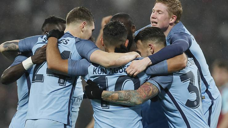 Die Spieler von Manchester City feiern im Cup gegen West Ham ein Torfestival