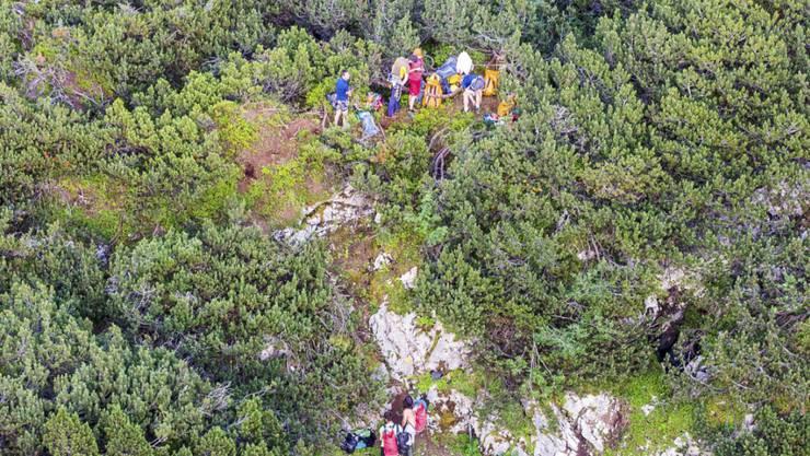 Einsatzkräfte an der Unglücksstelle in Salzburg: Eine Höhlenforscherin wird in 60 bis 70 Metern Tiefe durch einen Stein tödlich am Kopf verletzt