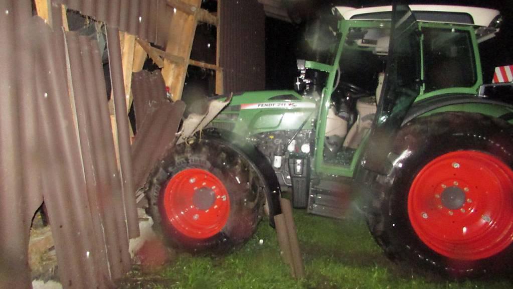 Ein 16-Jähriger kam um Mitternacht in Matt GL mit seinem Traktor von der Sernftalstrasse ab und prallte in diese Scheune.