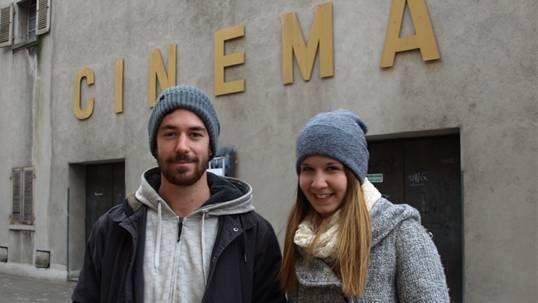 Filmemacher Luca Steiner und Christina Brun vor dem Lichtspiele, wo die heutige Premiere ihres Werks «Projeto Suiço» über die Bühne geht.