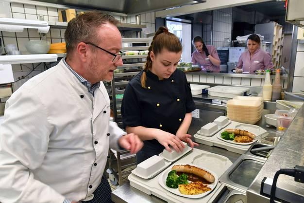 Gastgeber Thomas Rhiner vom «Aarhof» macht Gäuer Bratwurst an Zwiebelsauce, Rösti und Gemüse zum Mitnehmen bereit.