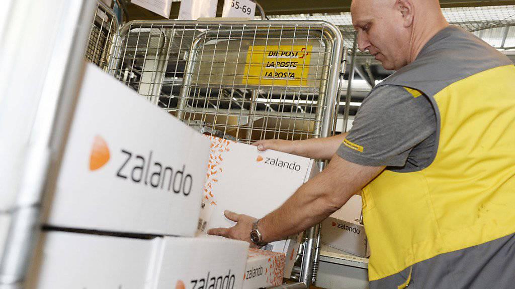 Zalando-Pakete sind weiterhin sehr gefragt. im Kernmarkt Deutschland, Schweiz und Österreich setzte der deutsche Online-Modehändler im ersten Quartal 17 Prozent mehr um. (Archiv)