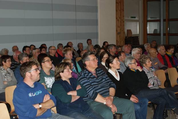 Gespannte Zuhörerschaft beim Referat über Krähenvögel