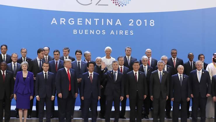 Familienfoto der Staats- und Regierungschef am G20-Gipfel. Argentiniens Präsident Mauricio Macri (Mitte, winkend) rief als Gastgeber angesichts internationaler Spannungen und Konflikte zum Dialog auf.