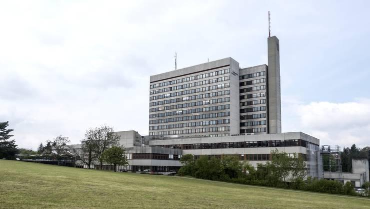 Soll es auf dem Bruderholz auch in Zukunft ein Spital geben (im Bild das heutige Bettenhochhaus)? An dieser Frage entzündet sich die Debatte um die Spitalfusion beider Basel.