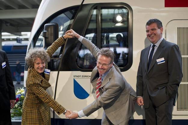 Corine Mauch, Stadtpraesidentin Zuerich, Andreas Meyer, CEO SBB, und Peter Spuhler, CEO Stadler Rail Group, von links, posieren vor dem neuen Doppelstock-Zug der SBB am Montag, 5. September 2011.