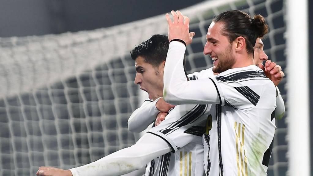 Alvaro Morata jubelt über das 3:1 zusammen mit Adrien Rabiot, dem Torschützen zum 1:1