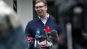 Seine Partei holt bei der Parlamentswahl in Serbien einen haushohen Sieg: Präsident Aeksandar Vucic vor einem Wahllokal in Belgrad.