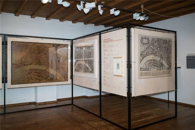 Zum ersten Mal vereint: Der erste noch gezeichnete Entwurf des Merianplans von 1615 (l.), vier Teildrucke (m.) und der erste gedruckte Gesamtplan von 1617 (r.).