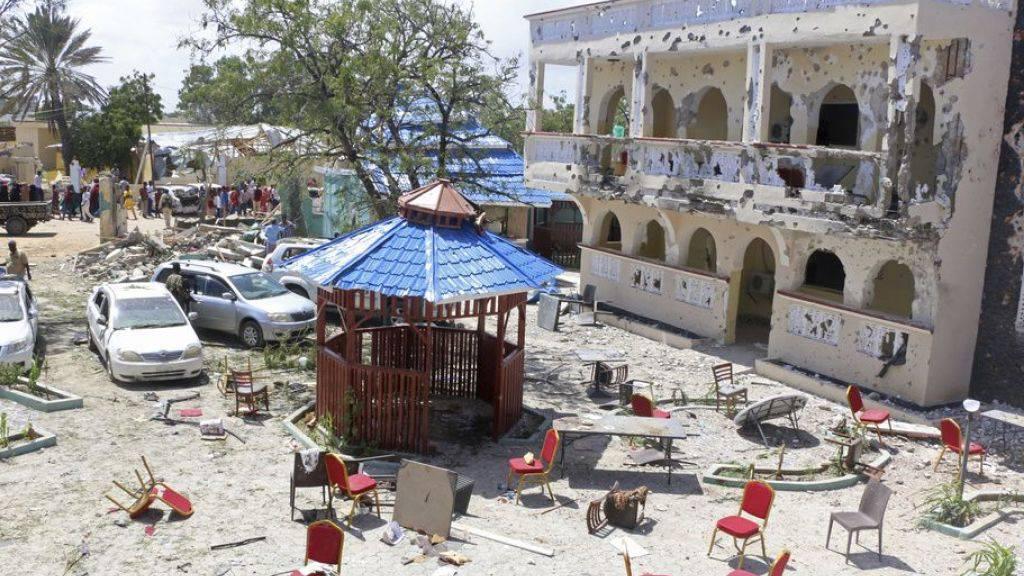 Unter den Getöteten seien zwei US-Bürger, ein Brite, ein Kanadier, drei Tansanier und drei Kenianer, hiess es. Die islamistische Al-Shabaab-Miliz beanspruchte den Anschlag für sich.