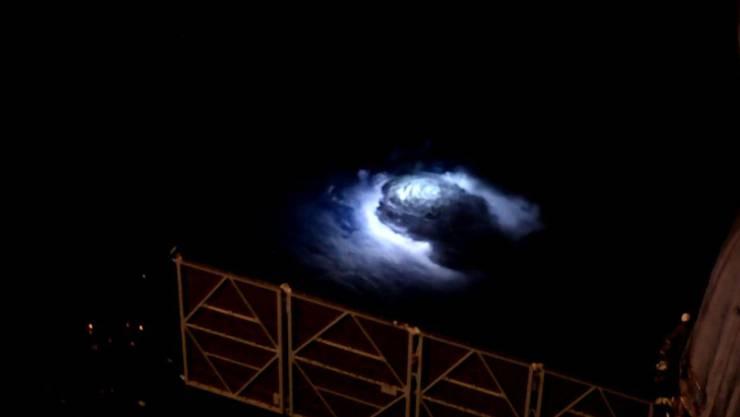Mit einer hochauflösenden Kamera konnte der Astronaut Andreas Mogensen von der ISS aus die blauen Blitze filmen, die sich oberhalb von Gewittern entladen.
