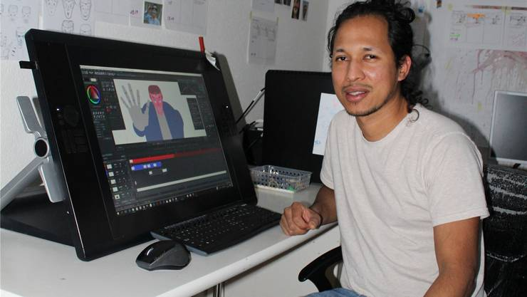 Der Drehbuchautor Hugo Ochoa in seiner Werkstatt in Langendorf, wo das Drehbuch zu seinem Film «Ursprung» entsteht.