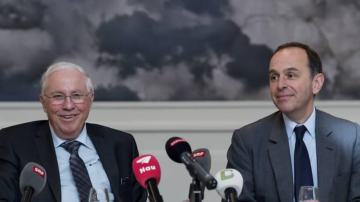 """Grünes Licht von der Wettbewerbskommission: Christoph Blocher (links) und Pietro Supino, Verwaltungsratspräsident der Tamedia AG geben die geplante Übernahme der """"Basler Zeitung"""" durch Tamedia bekannt. (Archivbild)"""