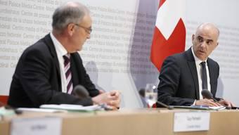 Gesundheits- und Kulturminister Alain Berset (r.) spricht an der Seite von Wirtschaftsminister Guy Parmelin am Freitag in Bern vor den Medien.