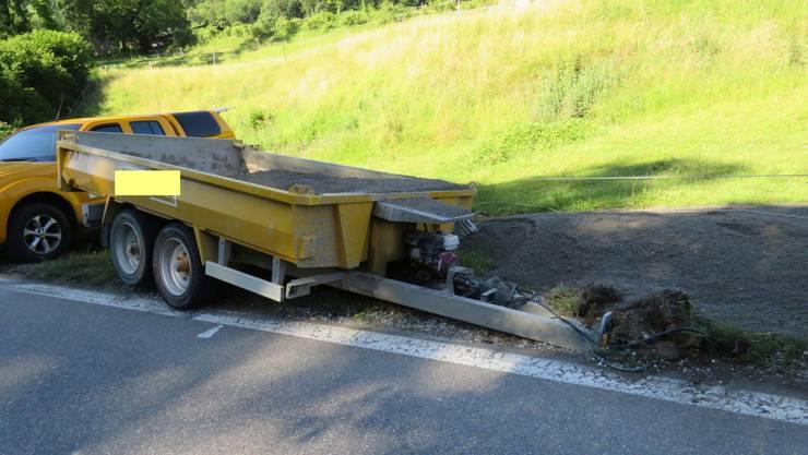 Der Lenker dieses Lieferwagens (mit Anhänger) verursachte am Donnerstagmorgen in Fisibach AG eine Kollision mit einem Peugeot.