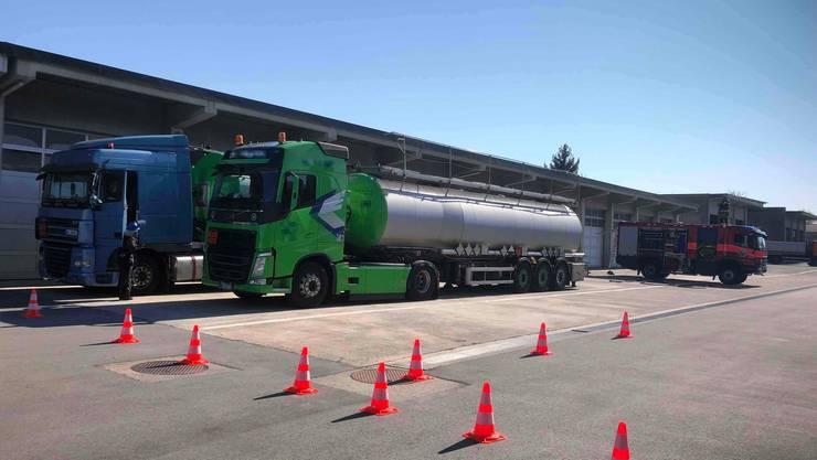 Die Flüssigkeit musste in einer teuren Aktion aus dem Tank gepumpt werden. (Bilder: Kapo SG)