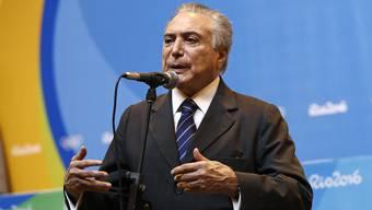 Brasiliens Interimspräsident Michel Temer bei seinem dreiminütigen Auftritt vor der Weltpresse.