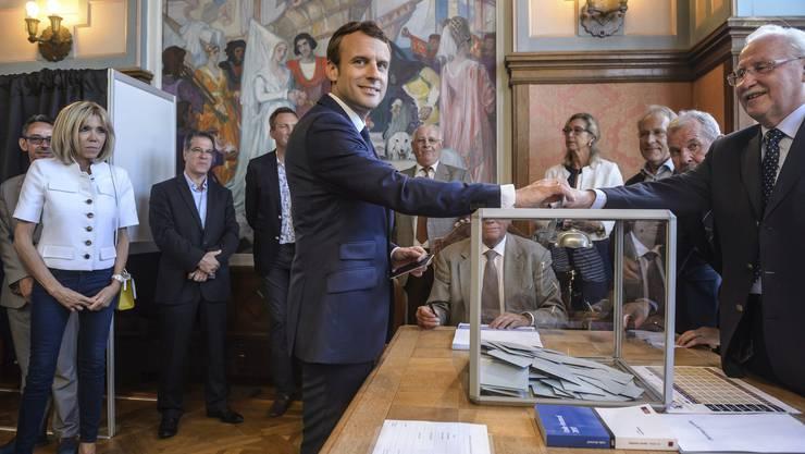 Macron gibt seine Stimme in Le Touquet am Ärmelkanal ab.