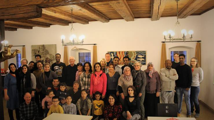 Deutschlehrpersonen und Schülerinnen und Schüler der Deutschkurse feiern gemeinsam den Jahresabschluss.