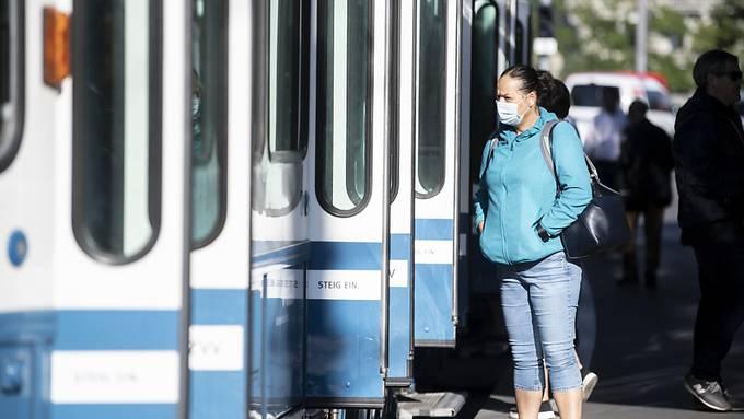 Schutzmassnahmen wie das Tragen einer Maske im öffentlichen Verkehr könnte den Verlauf einer zweiten Coronavirus-Pandemiewelle verlangsamen. (Symbolbild)