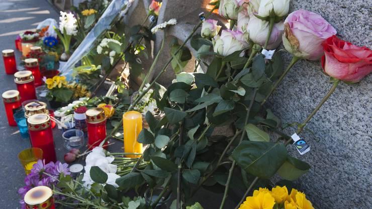 Blumen und Kerzen zeugen von der Amokfahrt auf der Mittleren Brücke.
