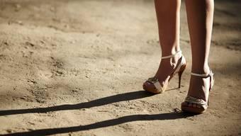 Bei einer Kontrolle in einer Kleinbasler «Kontaktbar» hat die Kantonspolizei am Mittwochabend sechs mutmasslichen Sexarbeiterinnen wegen Verstössen gegen das Ausländergesetz die Pässe abgenommen. (Symbolbild)
