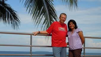 Meeranstoss: Hans Schlumpf mit seiner Frau auf der Terrasse ihres Hauses auf der Insel Negros. zVg