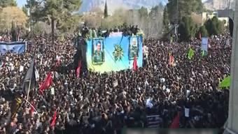 Bei der Trauerfeier des iranischen Generals Ghassem Soleimani in der südiranischen Stadt Kerman kam es zu einer Massenpanik. Laut Behörden gibt es mindestens 35 Tote und gegen 50 Verletzte. Hunderttausende zogen mit dem Wagen des Toten durch dessen Heimatstadt.