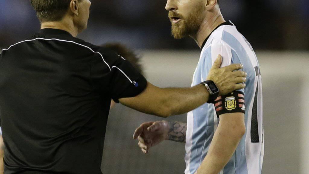 Lionel Messi wurde von der FIFA wegen Beleidigung eines Schiedsrichter-Assistenten mit vier Spielsperren bestraft
