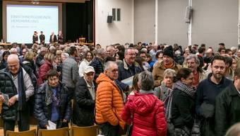 Ungläubiges Staunen und Lachen: Die Spreitenbacher Gemeindeversammlung wurde abgesagt – nicht alle hätten in der Turnhalle Platz gehabt.