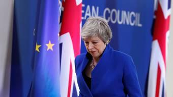 Die britische Premierministerin Theresa May verlässt das Podium nach der Pressekonferenz zum Ergebnis des EU-Gipfels.