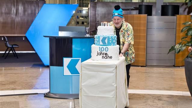 2013: Komiker Peach Weber fuhr die AKB-Geburtstagstorte vor.