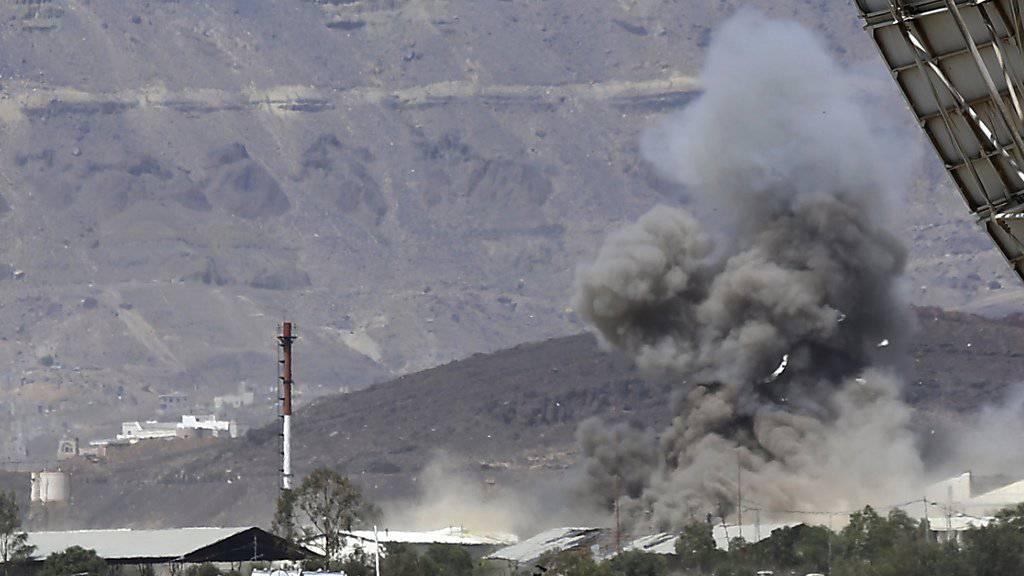 Luftschläge der arabischen Koalition: Rauch steigt über einer Militärbasis in Sanaa auf.