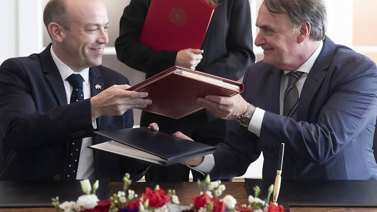 Staatssekretär Mario Gattiker (rechts) und sein britischer Amtskollege Christopher Heaton-Harris unterzeichnen in Bern ein Abkommen, das nach dem Brexit die Aufenthaltsrechte von Schweizer Bürgern in Grossbritannien und britischen Bürgern in der Schweiz sichert.
