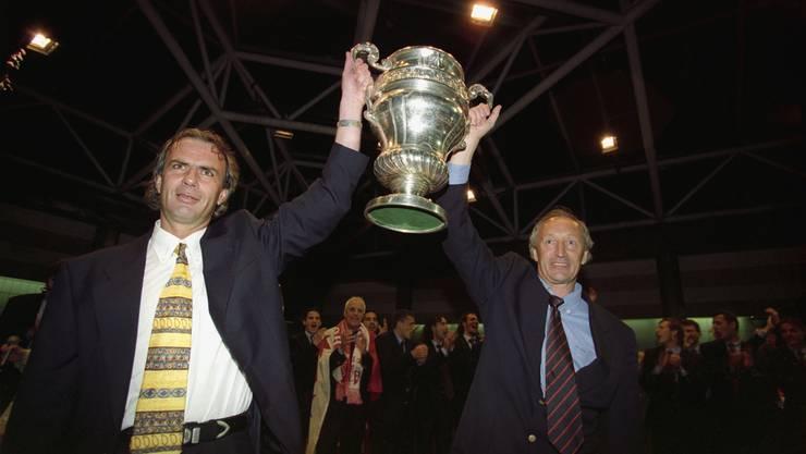 Michel Decastel, links, Trainer des FC Sion, und Assistenztrainer Jean-Claude Richard, rechts, feiern den Cupsieg