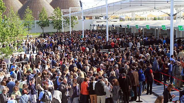 Besucher drängen sich vor den Eingängen der Expo in Mailand