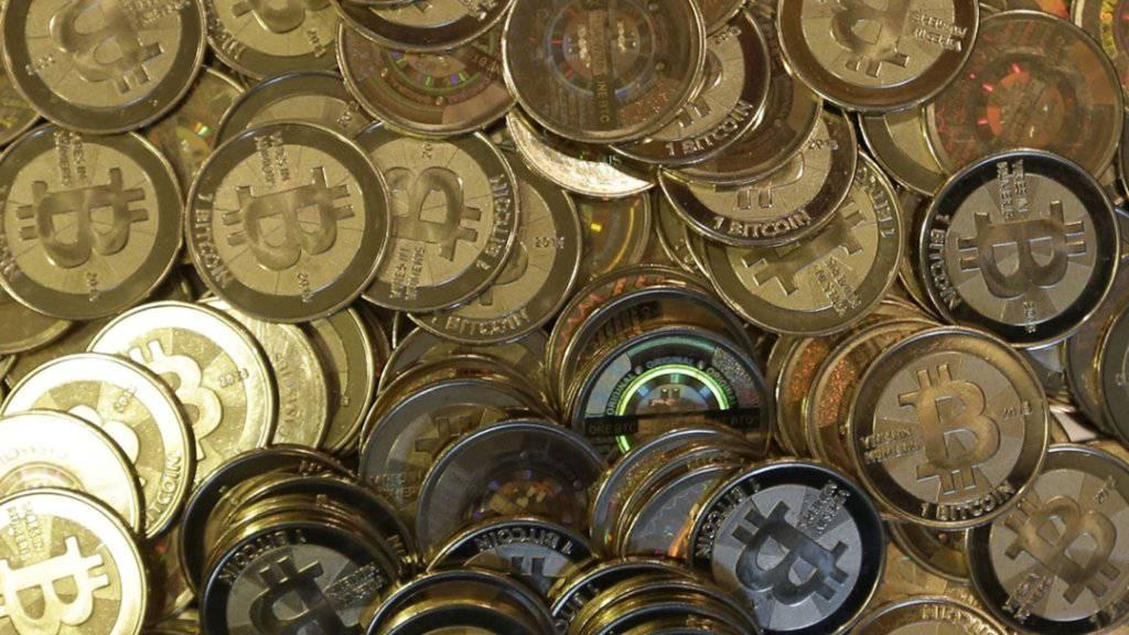 Anleger decken sich weiter mit der Kryptowährung Bitcoin ein: Der Kurs überstieg am Mittwoch bereits die 12'000-Dollar-Marke. (Themenbild)