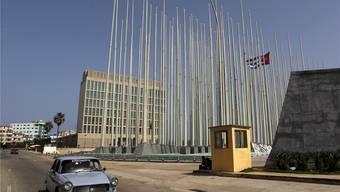 Aus Erzfeinden werden neue Freunde: Die Interessenvertretung der USA und der kubanische Fahnenwald in Havanna.