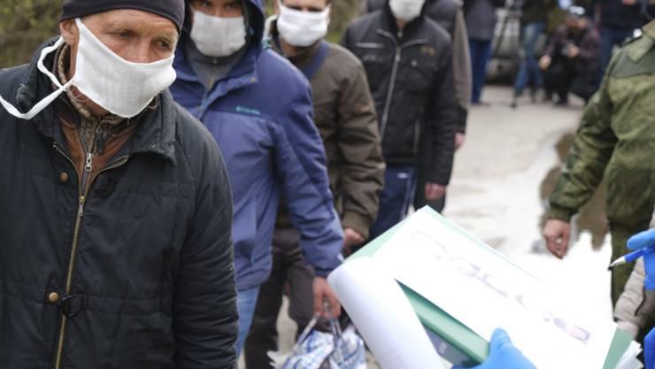 Gefangenenaustausch in der Region Donezk - besonders schwierig in Coronavirus-Zeiten.