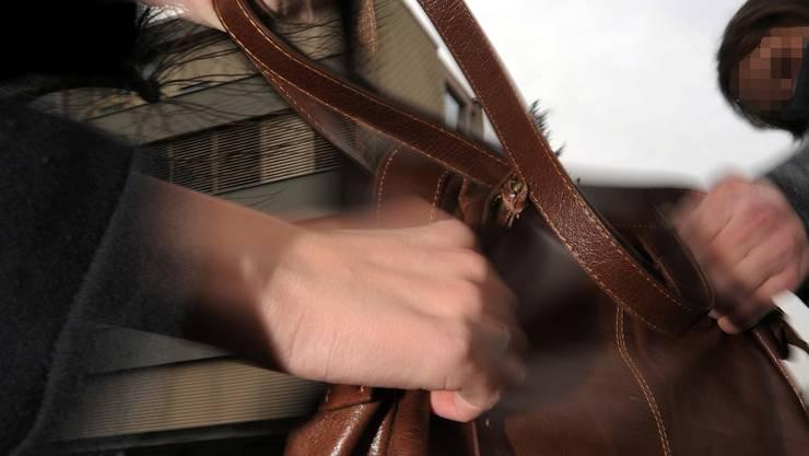 Der Mann floh mit der Handtasche, wurde später festgenommen. (Themenbild)