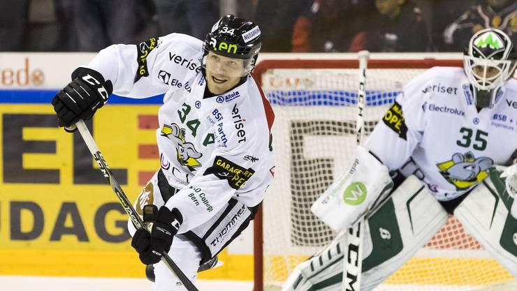 EHCO-Goalie Matthias Mischler beobachtet, wie Tim Grossniklaus einen Angriff auslöst.