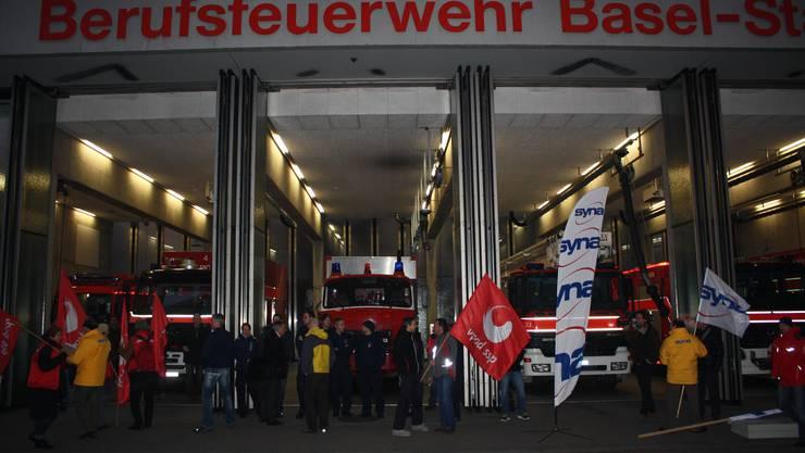 Die Basler Berufsfeuerwehr protestierte vor ihrem Lokal in der Kornhausgasse.