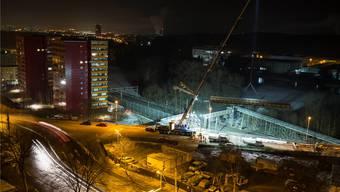 Die zwölf Tonnen schwere Fussgängerbrücke hängt am Seil.Tiefbauamt Kanton Zürich