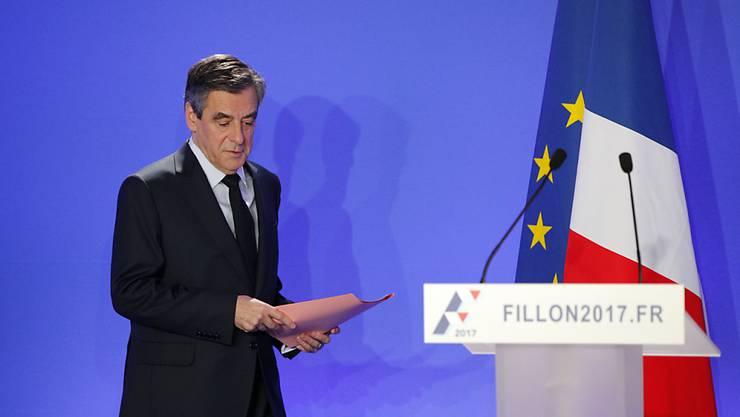 Präsidentschaftskandidat François Fillon während der Pressekonferenz in Paris:  In Umfragen ist Fillon wegen der Enthüllungen abgestürzt.