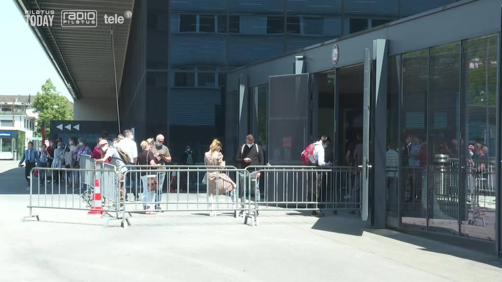 Lange Wartezeiten vor Testzentrum auf der Luzerner Allmend