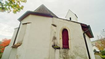 Auf der Rückseite der Kirche Auenstein ist auf halber Höhe neben dem Chor eine schmale, rote Tür eingelassen. Die Treppe dazu fehlt, sie wurde vor ein paar Jahrzehnten abgebrochen. Wir haben die Tür geöffnet und geschaut, welches Geheimnis sich dahinter verbirgt.